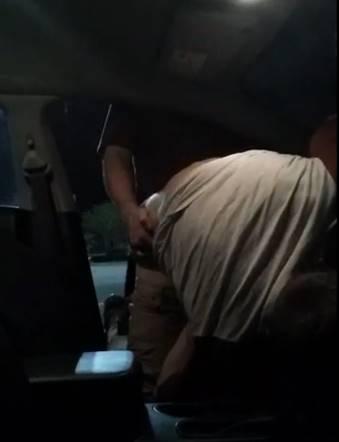 Punhetando e sendo comido no carro