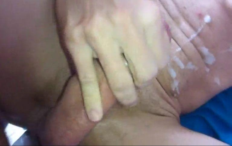 Brasileiro pauzudo mete a mão no pau