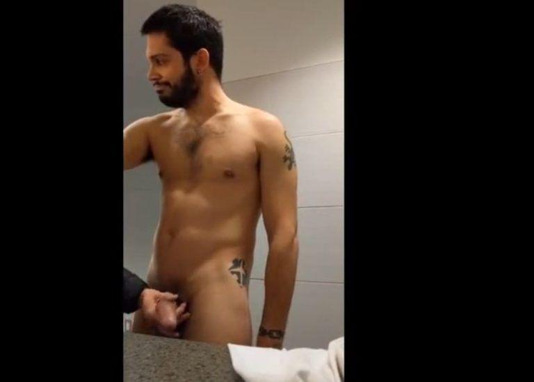 Pegando no pau do estranho no banheiro