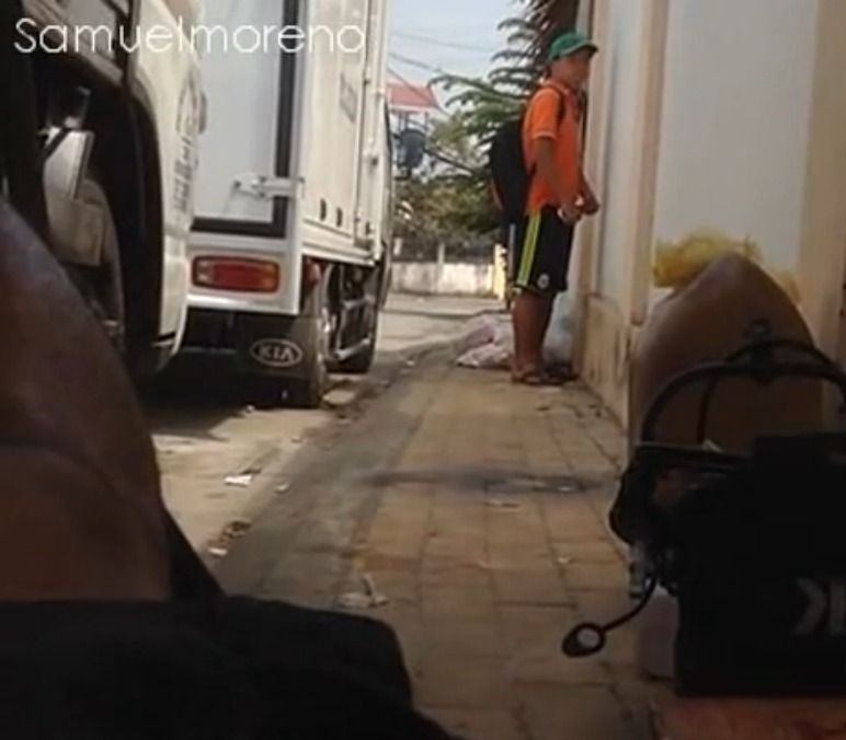 Tarado tocando punheta na rua