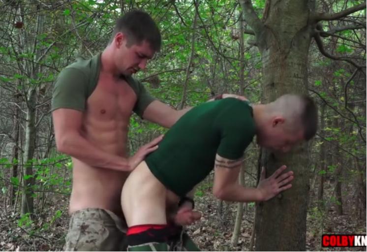 Sargento comendo o novato atrás da árvore
