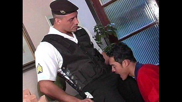 Policial tesudo botando o safado pra mamar