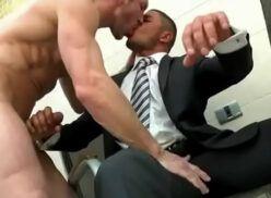 Empresário fodendo o novo funcionário