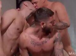 Trio de machos gostosos fodendo pra valer