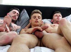 Trio de putinhos dando uma mãozinha