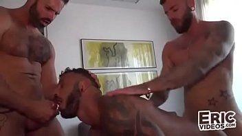Atendendo dois machos gostosos