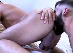 Chupando o cuzinho gostoso do amigo no bareback gay