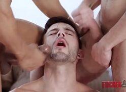 Novinho gay chupando as picas dos amigos