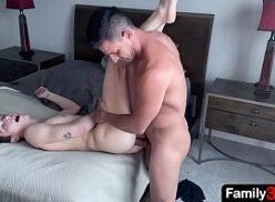 Padrasto gostoso fudendo o cu do novinho gay