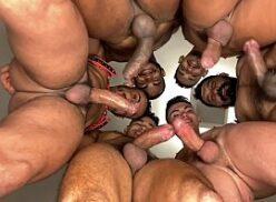 Machos roludos fazendo suruba gay