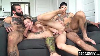Dois machos roludos comendo o passivo