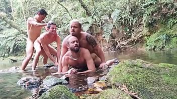 Orgia com os machos na cachoeira