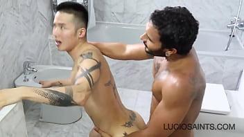 Lucio Saints comendo cu